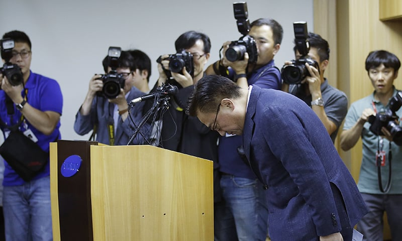Koh Dong-jin bows at a news conference in Seoul after announcing the voluntary recall ─ AP
