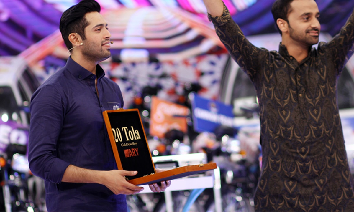 Fahad Mustafa with guest, Waseem Badami, on his show ~ Courtesy ARY  Digital