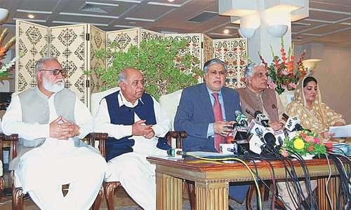 وزیر خزانہ اسحاق ڈار پنجاب ہاؤس میں پریس کانفرنس کررہے ہیں—فوٹو/اے پی پی