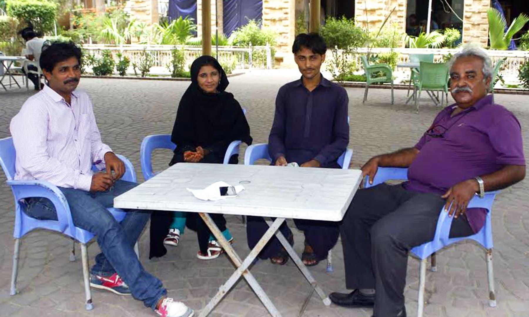 (دائیں سے بائیں) اختر بلوچ، کرشن بھیل، رانی کولہی، اسلم سولنگی — تصویر عمانوئیل گڈو