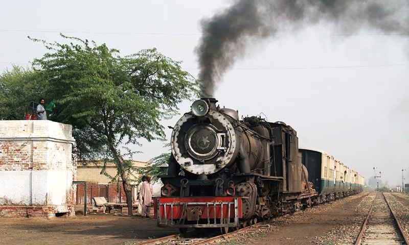 میٹر گیج ٹرین جمڑاؤ جنکشن پر آ رہی ہے۔ 30 نومبر 2004۔ فوٹو Neil Edwards.