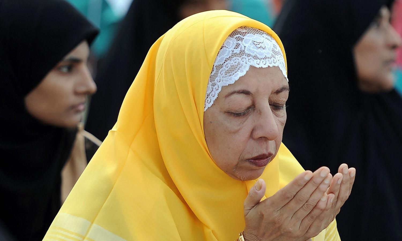 سری لنکا میں عید کی نماز کے بعد خواتین دعا میں مصروف ہیں — فوٹو/ اے ایف پی
