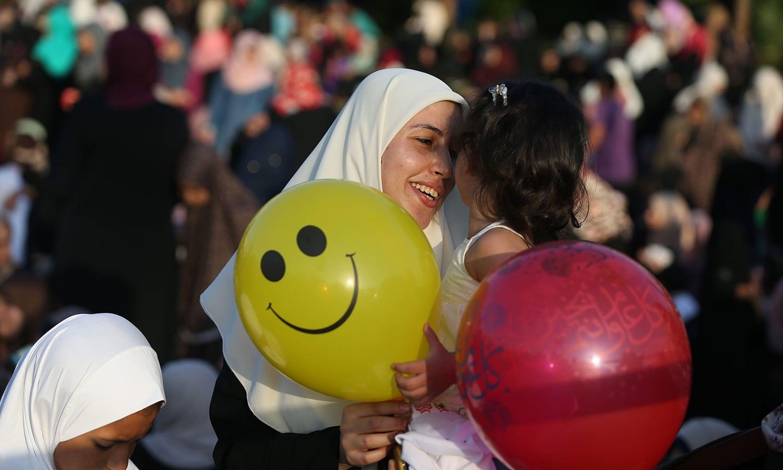 غزہ میں عید کی نماز کے بعد بچیاں نہایت خوش نظر آرہی ہیں— فوٹو/ اے ایف پی