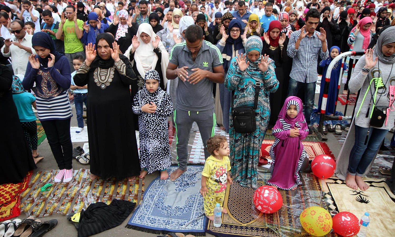 مصر کے شہر قاہرہ میں خواتین اور مردوں نے ایک ساتھ مل کر عید کی نماز ادا کی — فوٹو/ اے ایف پی