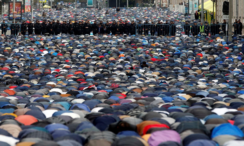 روس کے دارالحکومت ماسکو میں بھی لاکھوں افراد نے ایک ساتھ عید کے موقع پر نماز عید ادا کی — فوٹو/ اے ایف پی