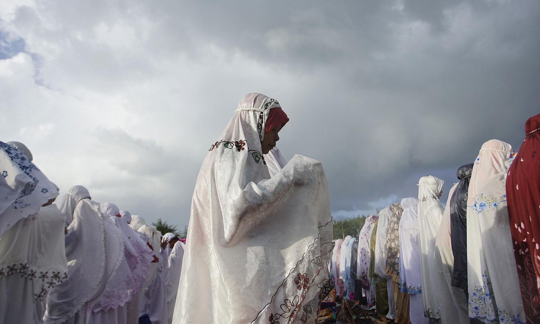انڈونیشیا میں خواتین بھی عبادات میں مصروف نظر آئیں — فوٹو/ اے ایف پی