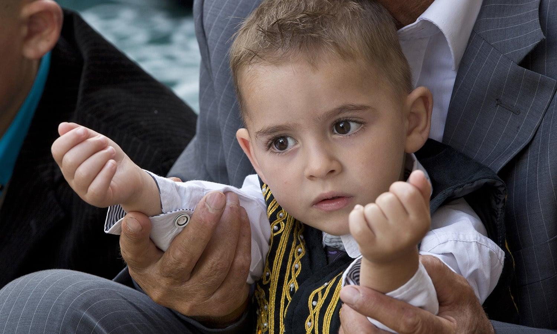 کوسوو کے شہر پرسٹینا میں بچوں نے بھی عید کی تیاریاں جوش و خروش سے کیں — فوٹو/ اے پی