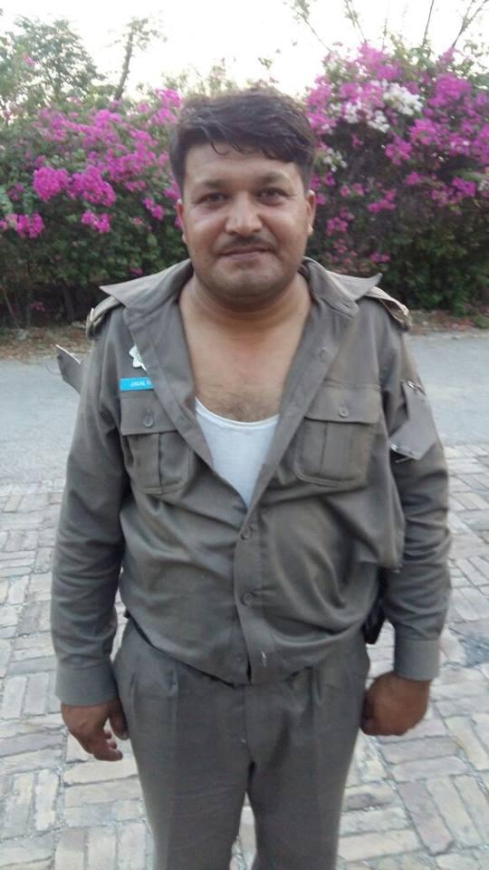 تشدد کے دوران اے پی او جلال شاہ کا یونیفارم کئی جگہ سے پھٹ گیا—۔فوٹو/بشکریہ جبران ناصر فیس بک پیج