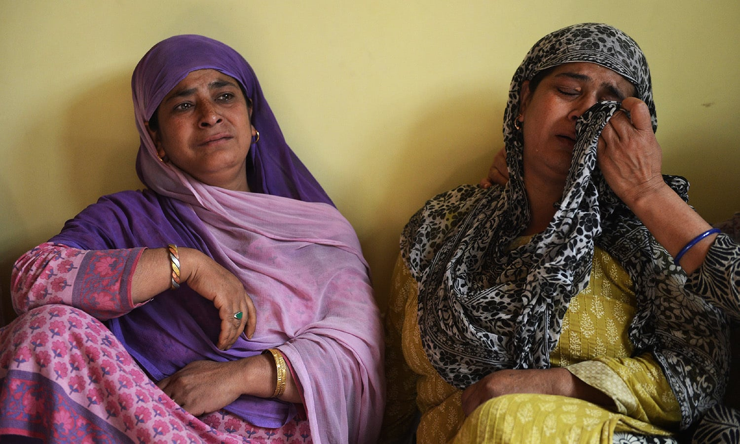 In this picture taken on September 12, 2016, Amina Shah (L) and Shaheena Shah (R), sisters of Reyaz Ahmed Shah, mourn the death of their younger brother at their house in Srinagar on the eve of Eid. ─ AFP