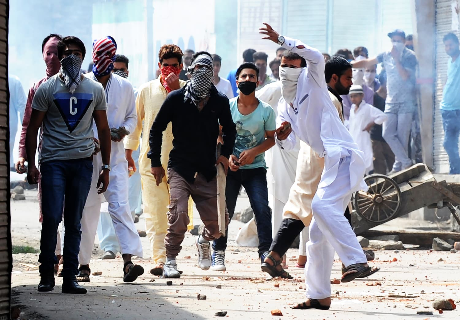 Kashmiri protesters clash with Indian government forces on Eid during a curfew in Srinagar on September 13, 2016. ─ AFP