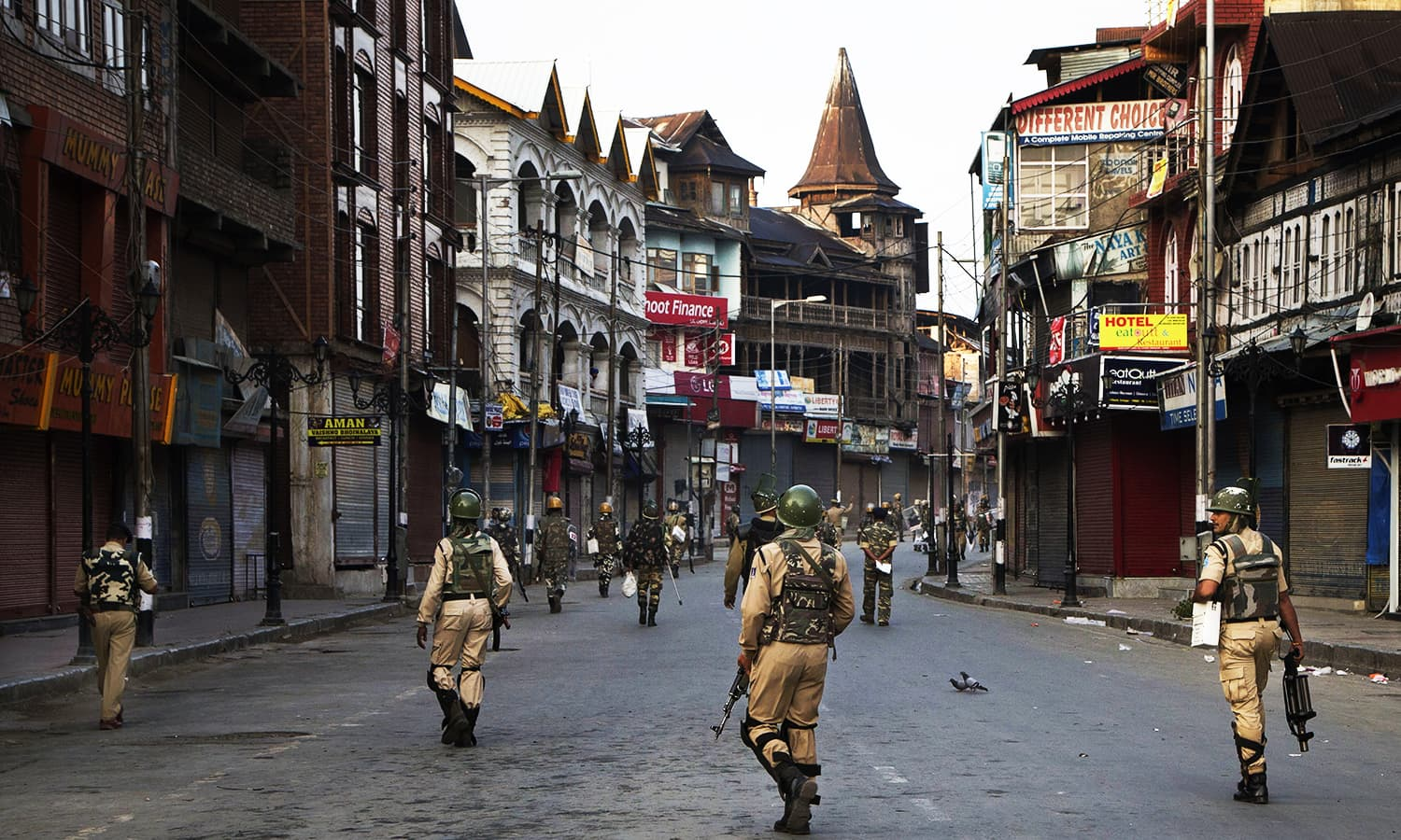 Indian paramilitary soldiers patrol a deserted street during curfew in Srinagar, India-held Kashmir, Tuesday, Sept. 13, 2016. ─ AP