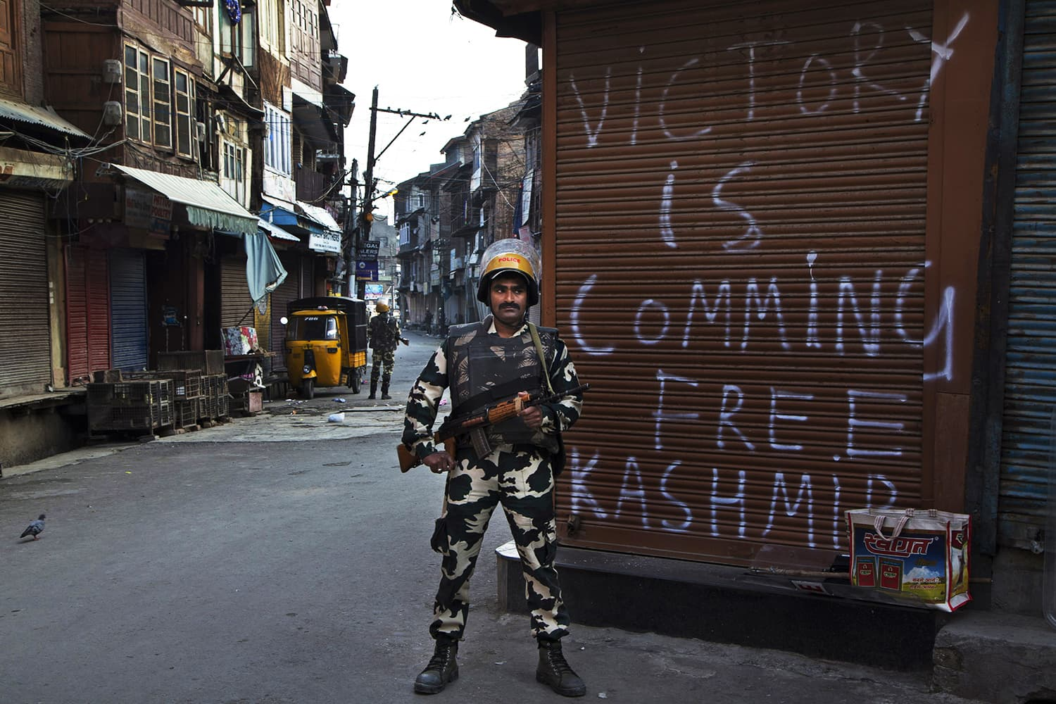 An Indian paramilitary soldier stands guard during curfew in Srinagar, India-held Kashmir, Tuesday, Sept. 13, 2016. ─ AP