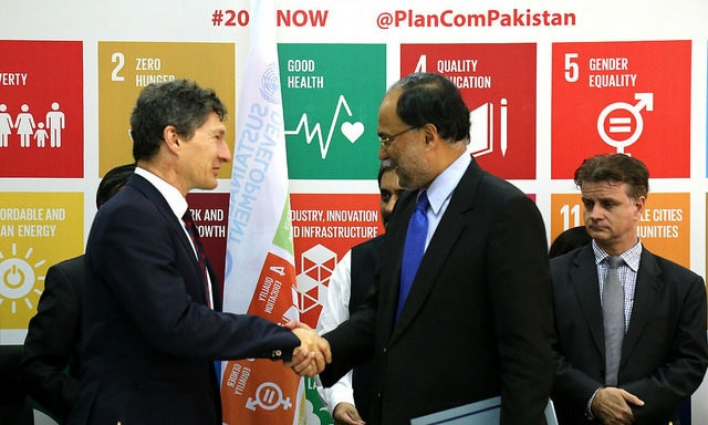 UN Resident Coordinator, Neil Buhne and the Federal Minister Planning, Development and Reform, Ahsan Iqbal signed a MoU for the implementation of the SDGs in October 2015.—Photo courtesy: UNDP