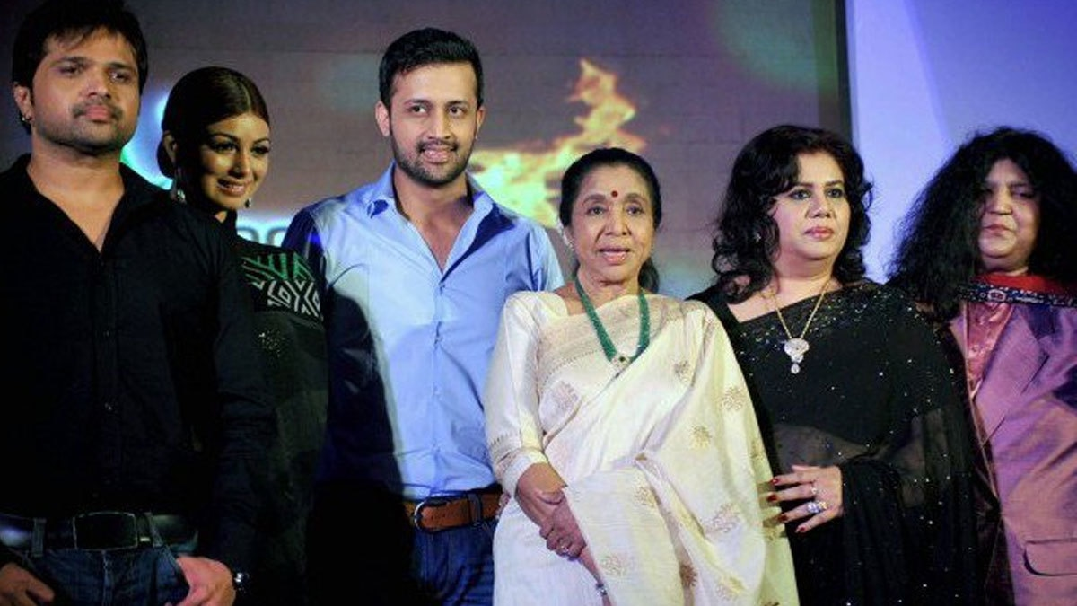 "Atif Aslam posing with Asha Bholse, Abida Parveen, among others on Indian TV musical show ""Sur-Kshetra. Photo: AFP"