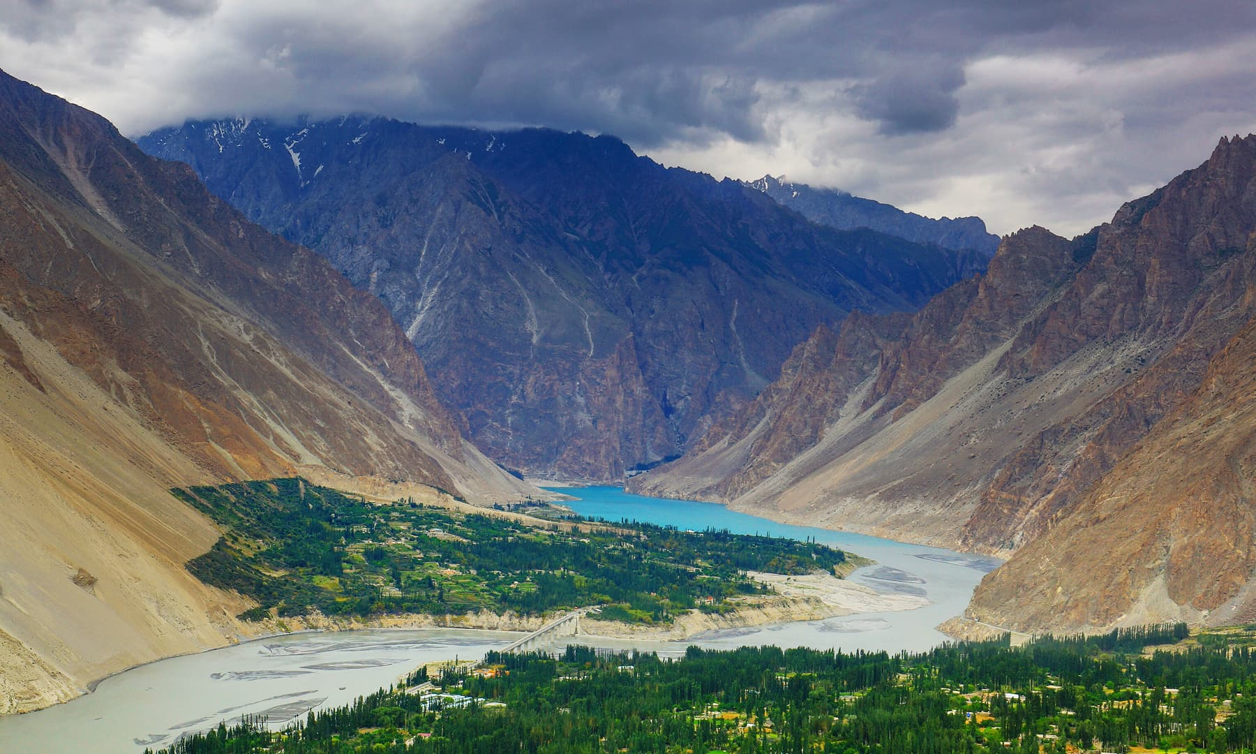 A stunning view of the Hunza River.