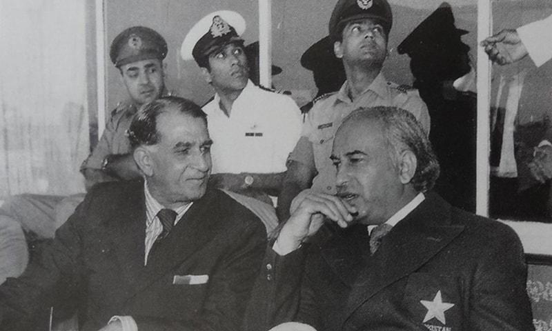 عبدالحفیظ کاردار لاہور کے قذافی اسٹیڈیم میں ذوالفقار علی بھٹو کے ساتھ بیٹھے ہیں۔