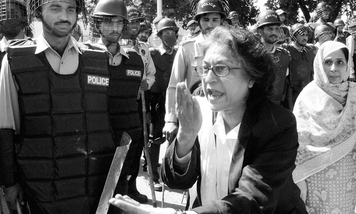 Asma Jahangir admonishes police personnel at a protest against the Election Commission of Pakistan in October 2007 | Tanveer Shahzad, White Star
