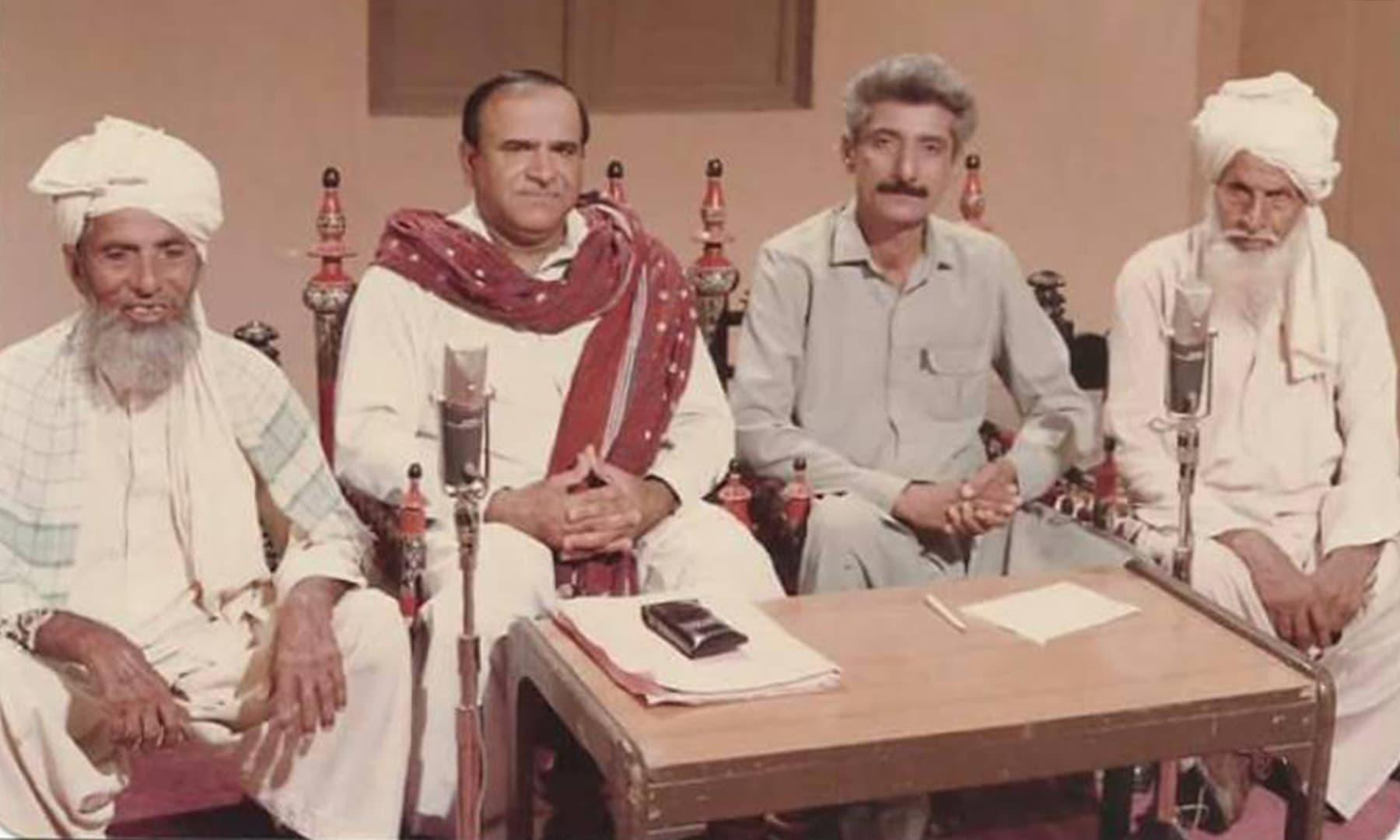 30 اگست 1984 کو شہر ٹھٹھہ میں کچہری پروگرام کی ریکارڈنگ کے دوران کھینچی گئی تصویر — تصویر بشکریہ ریڈیو پاکستان