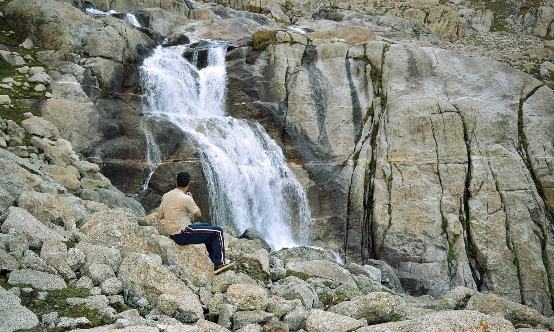 شیطان گوٹ جھیل کا پانی آبشار کی شکل میں نیچے آ رہا ہے — تصویر امجد علی سحاب