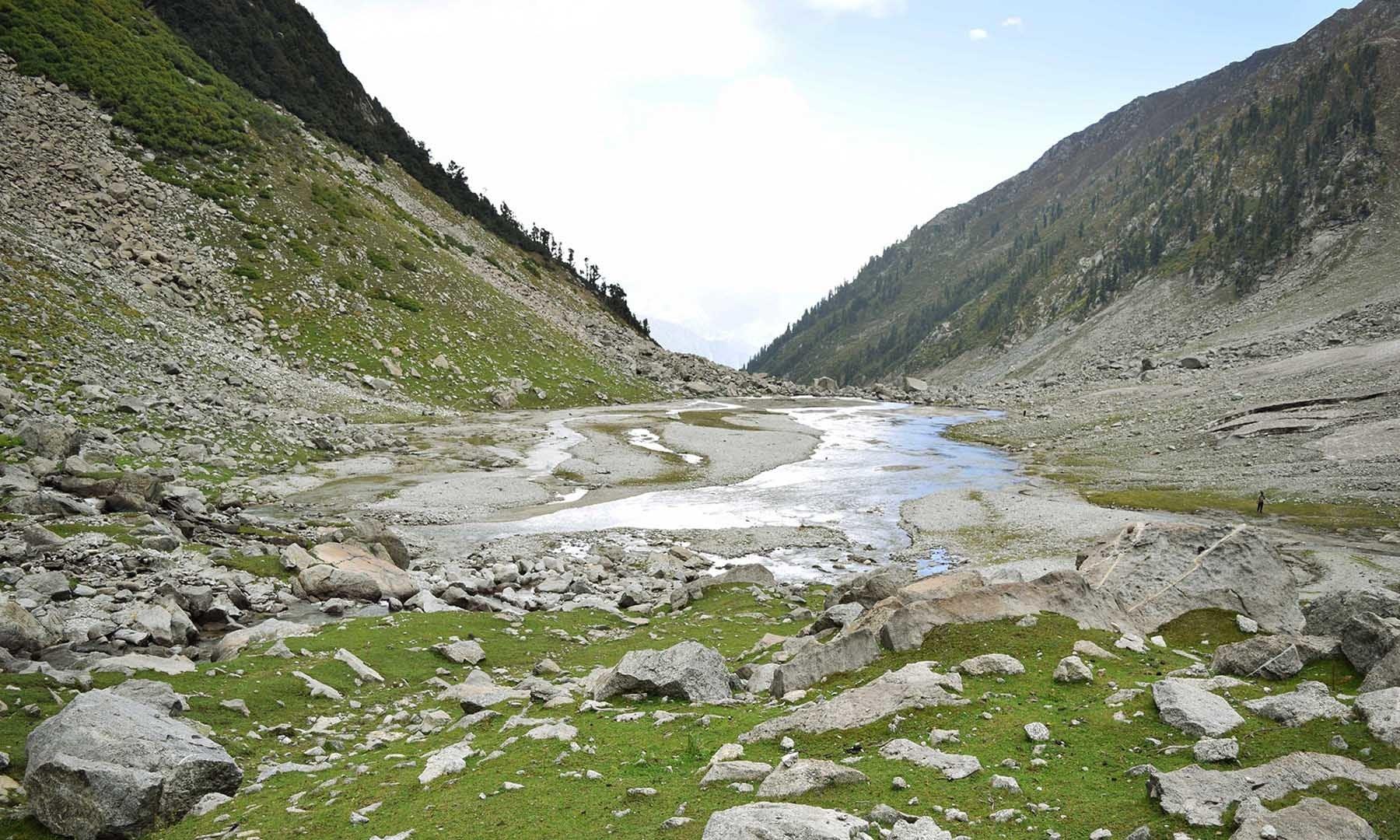 سبز جھیل 2010ء کے بدترین سیلاب کے بعد ریت سے بھر چکی ہے — تصویر امجد علی سحاب