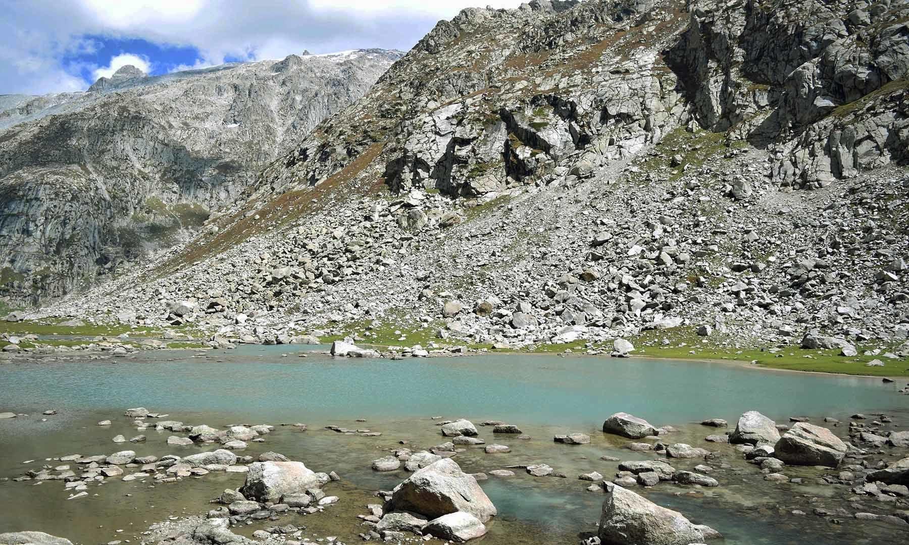 سربانڈہ کی چھوٹی جھیل — تصویر امجد علی سحاب