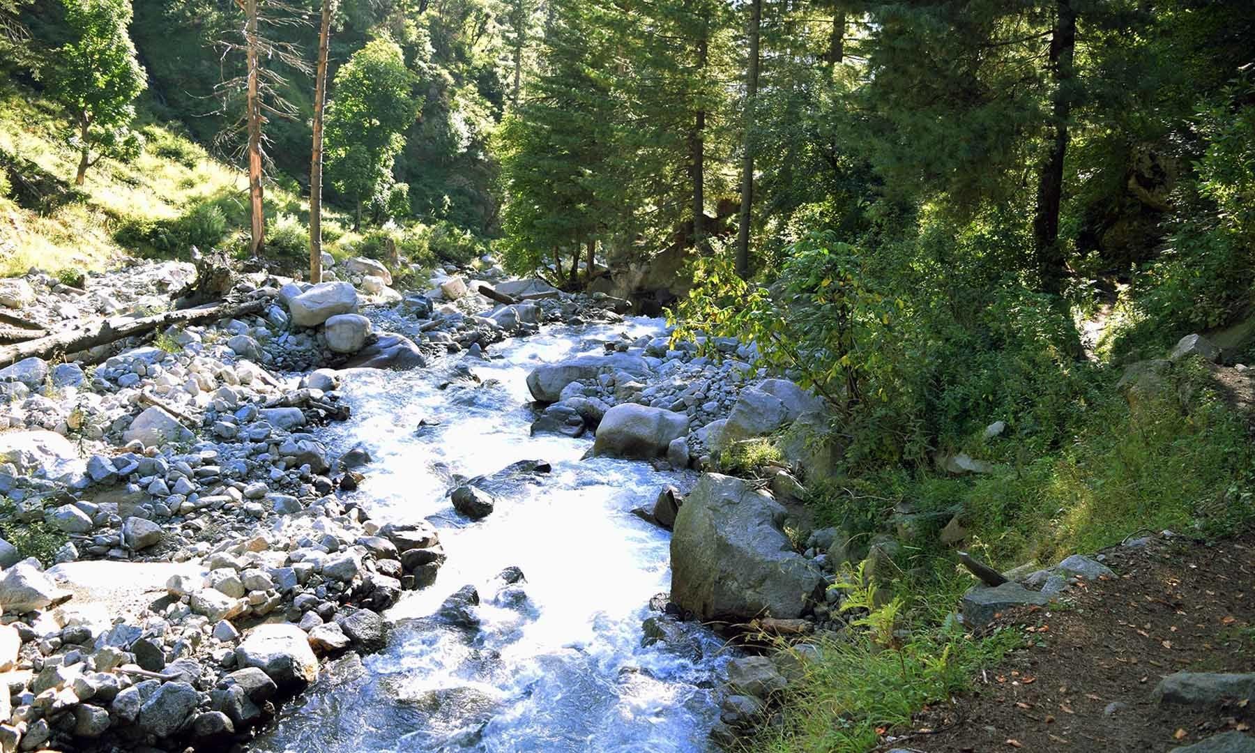 شیطان گوٹ جھیل کا پانی جو آگے چل کر کیدام خوڑ کی شکل اختیار کر لیتا ہے — امجد علی سحاب