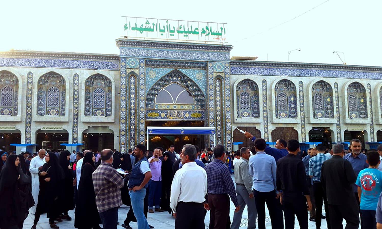 """کہا جاتا ہے کہ کربلا کی زمین حضرت امام حسین رضی اللہ عنہ نے وہاں مقیم بنی اسد قبیلے سے خرید کر انہیں تحفتاً دے دی تھی۔ پھر انہوں نے انہیں مخاطب کرتے ہوئے کہا کہ، """"اس ماہ کی دسویں تاریخ کو آپ کو یہاں ہماری لاشیں دکھائی دیں گی، ہمارے سر کاٹ دیے جائیں گے۔ اس وقت ہمیں دفن کیجیے گا اور جب ہمارے عقیدت مند ہماری قبروں کی زیارت کو آئیں، تو ان سے تکریم سے پیش آئیے گا اور ان کی رہنمائی کیجیے گا"""