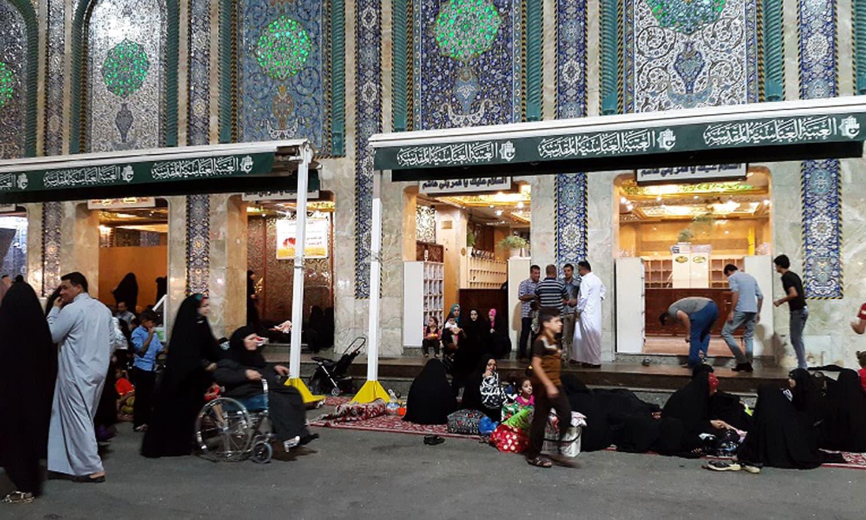 مزار آنے والی خواتین کو سختی سے مخصوص لباس کی پابندی کرنی پڑتی ہے جو کہ عبایا اور اسکارف ہے۔ مرد کچھ بھی پہن سکتے ہیں جب تک کہ ان کی ٹانگیں ڈھکی ہوئی ہوں