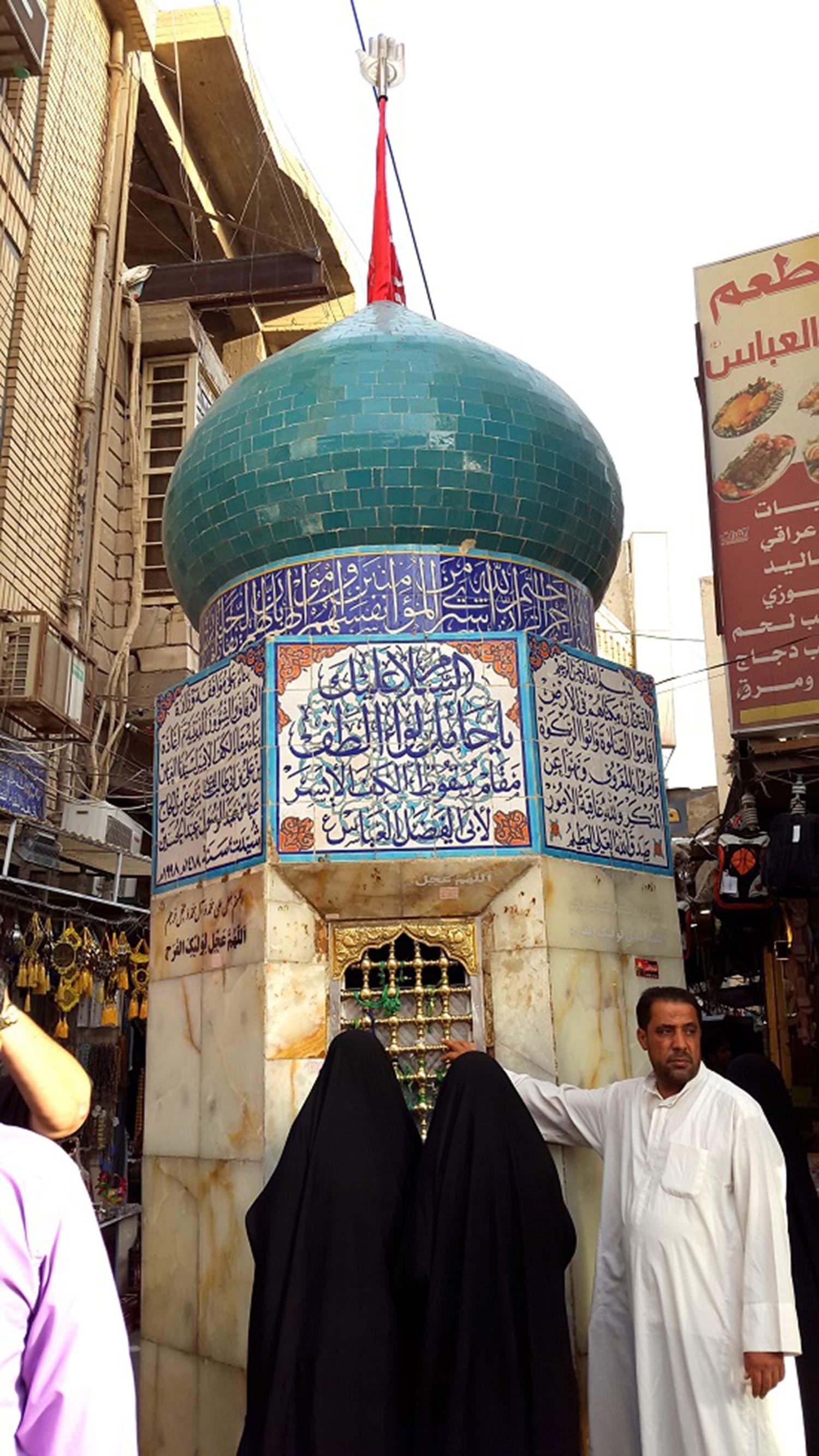 امام حسین رضی اللہ عنہ اور حضرت عباس رضی اللہ عنہ کی قبروں پر خواتین زائر بھی اتنی ہی تعداد میں نظر آتی ہیں