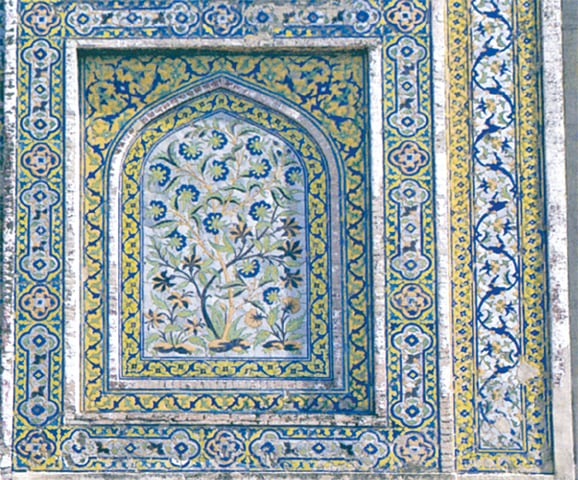 Fresco decoration inside Maryam Zamani Mosque. - Photos from the book