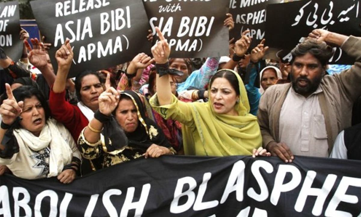 Protesters hold up placards while demanding the release of Aasia Bibi at a rally in Lahore November 21, 2010 | Reuters