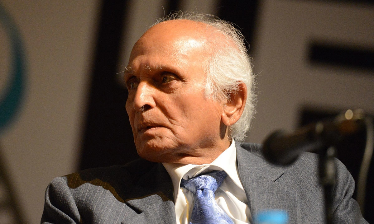 Intizar Husain during a talk at the Lahore Literary Festival, 2014 | Tariq Mahmood, White Star