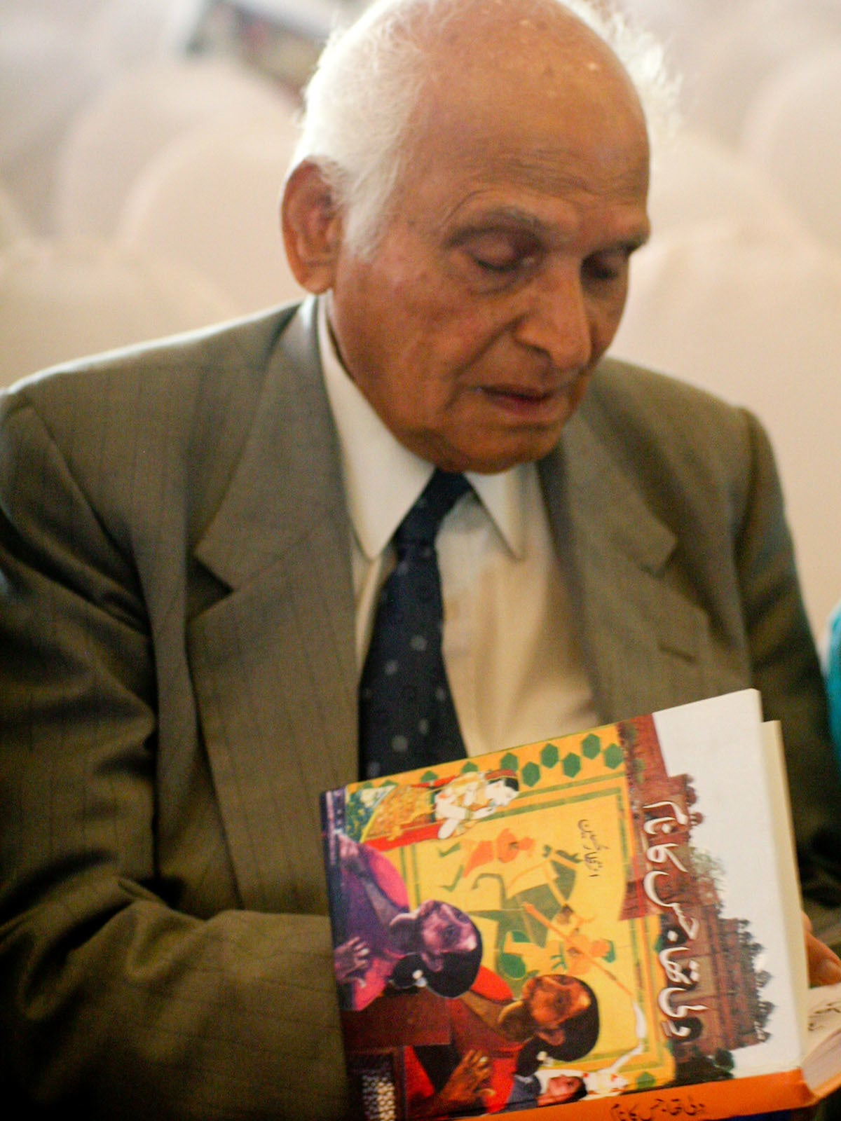 Intizar Husain signs a copy of his book at the Karachi Literature Festival | Tahir Jamal, White Star