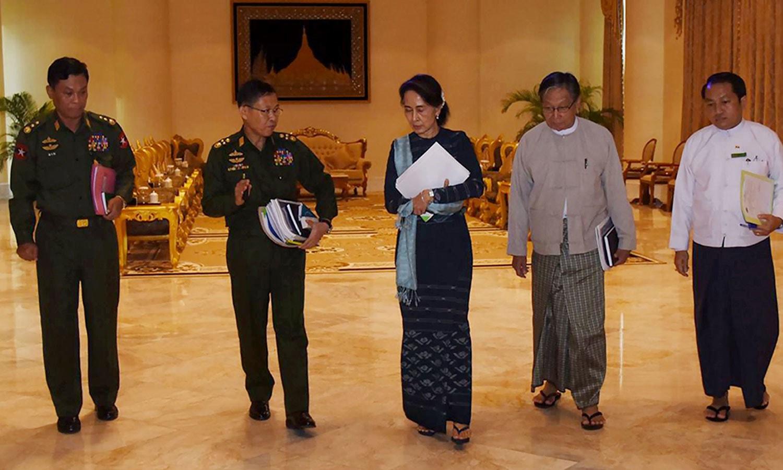 میانمار کی ریاستی کونسلر آنگ سان سو کی ملک کی فوجی اور سول قیادت کے ساتھ مذاکرات کے بعد واپس جاتے ہوئے — فوٹو: اے ایف پی