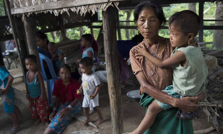 روہنگیا میں جاری کشیدگی کے باعث خواتین اپنے بچوں کے ہمراہ پناہ گزین کیمپوں میں موجود ہیں — فوٹو: اے ایف پی