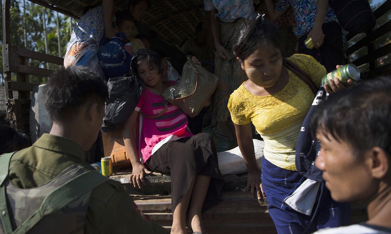 میانمار کی فوج متاثرہ علاقوں سے شہریوں کو محفوظ مقام کی جانب منتقل کررہی ہے — فوٹو: اے ایف پی