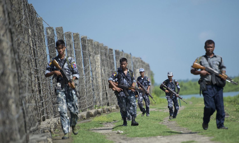 میانمار پولیس کے اہلکار سرحد کے قریب گشت کررہے ہیں — فوٹو: اے ایف پی