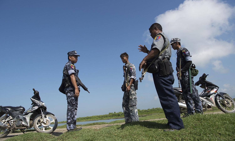 میانمار پولیس کا افسر اپنے ماتحت اہلکاروں کو ہدایات دیتے ہوئے — فوٹو: اے ایف پی