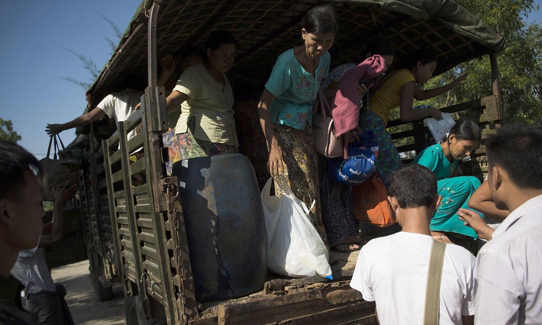 میانمار کی ریاست روہنگیا میں جاری کشیدگی کے باعث لوگوں کو محفوظ مقام پر منتقل کیا جارہا ہے — فوٹو: اے ایف پی