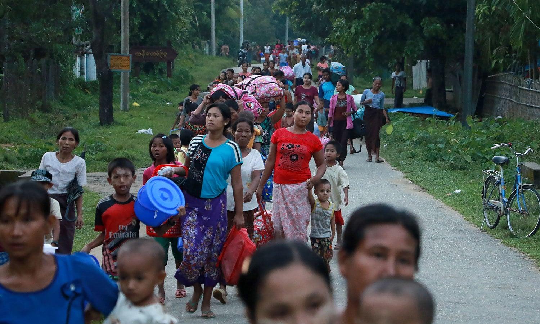 بنگلہ دیش سے منسلک میانمار کے سرحدی علاقے روہنگیا میں جاری کشیدگی کے باعث ہزاروں لوگ نقل مکانی کرگئے — فوٹو: اے ایف پی