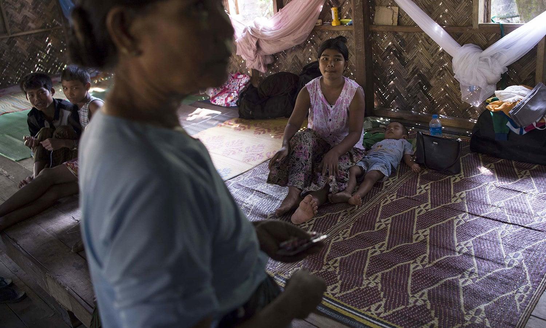 میانمار کے بنگلہ دیش کی سرحد سے منسلک علاقے روہنگیا کے ایک گاؤں میں خواتین مہاجرین کے کیلئے قائم کیے گئے کیمپ میں موجود ہیں — فوٹو: اے ایف پی