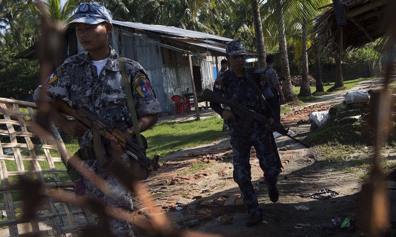 میانمار پولیس کے اہلکار سرحدی علاقوں کے قریب دیہاتوں میں کسی بھی نا خوشگوار واقع سے نمٹنے کیلئے گشت کررہے ہیں — فوٹو: اے ایف پی