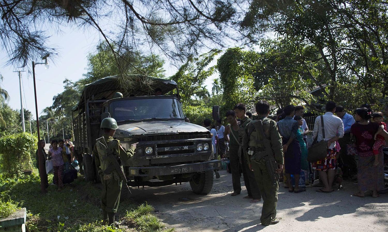 روہنگیا میں جاری حالیہ کشیدگی میں شہری نقل مکانی کررہے ہیں — فوٹو: اے ایف پی