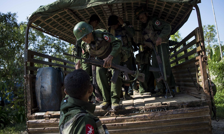 بنگلہ دیش سے منسلک میانمار کے سرحدی علاقوں میں جاری کشیدگی سے نمٹنے کیلئے فوج کی بڑی تعداد کو متاثرہ علاقوں میں تعینات کردیا گیا — فوٹو: اے ایف پی
