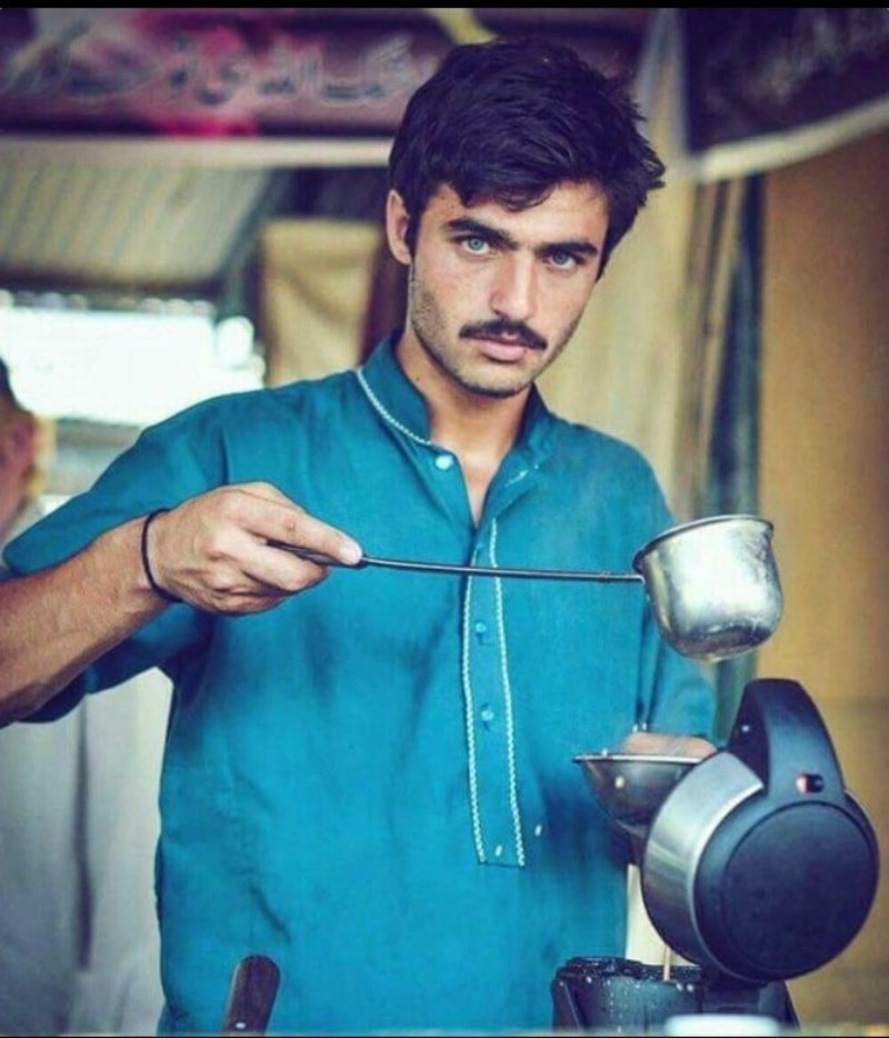 blue-eyed-pakistani-chai-wala-becomes-internet-sensation