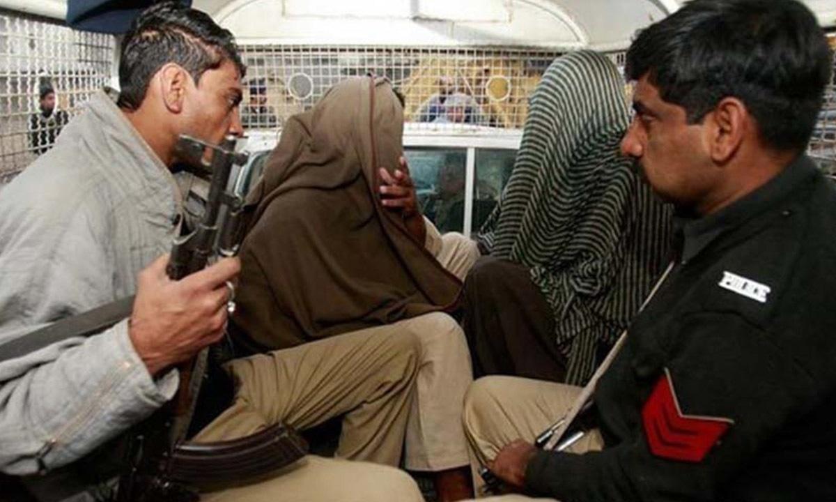 Policemen men escort suspects with ties to Lashkar-e-Jhangvi | Reuters