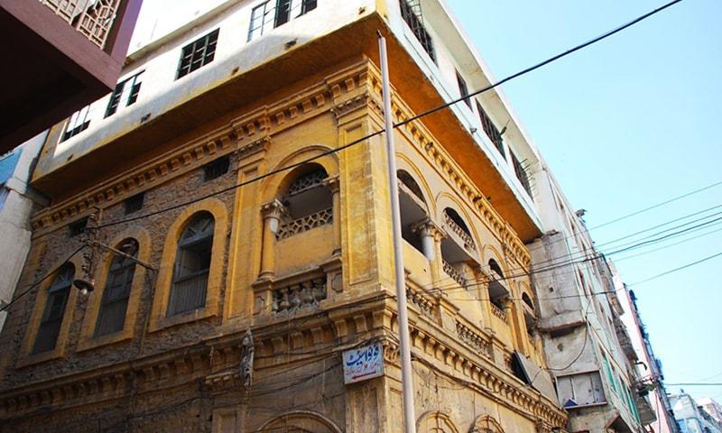 کھارادر میں قائم وزیر مینشن کو سرکاری طور پر قائدِ اعظم محمد علی جناح کی جائے پیدائش قرار دیا جاتا ہے، مگر کیا یہ تاریخی طور پر درست ہے؟ — فوٹو فاروق سومرو۔