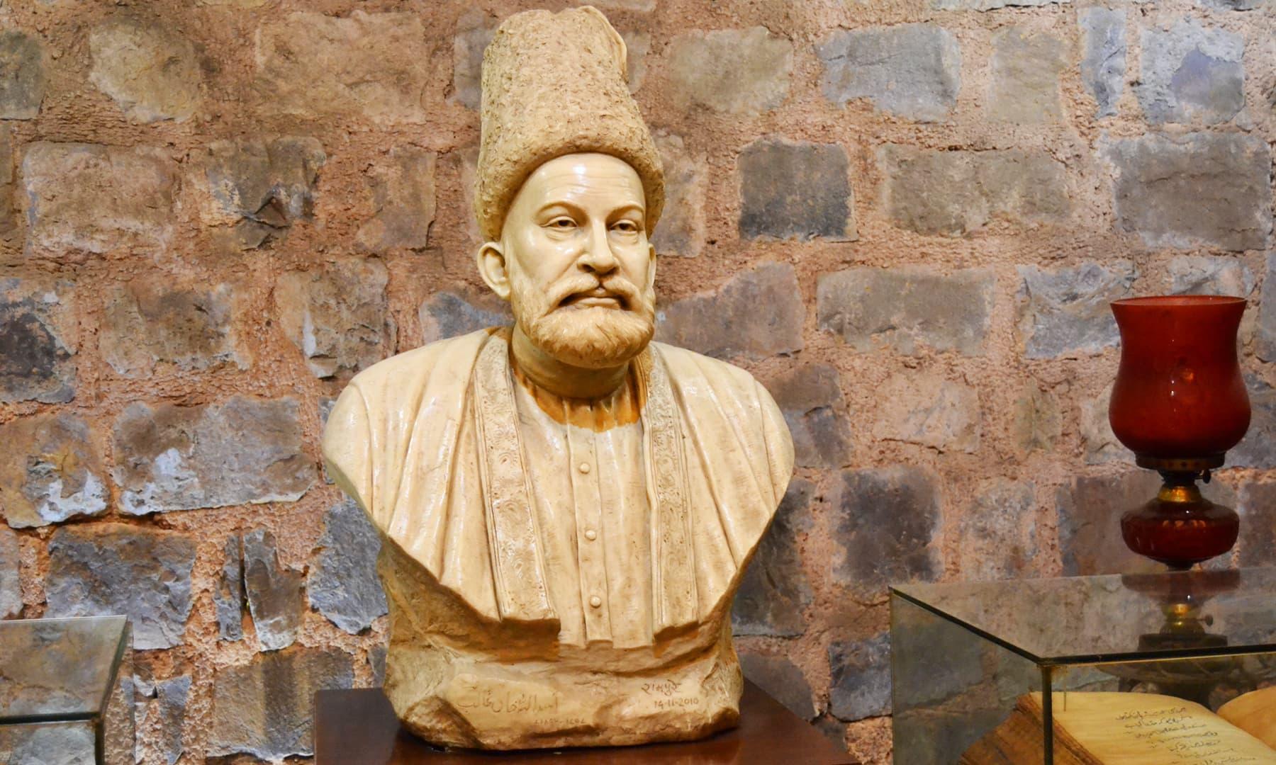 گلزار صاحب کی جانب سے پیش کردہ غالب کا مجمسہ — تصویر ذیشان احمد