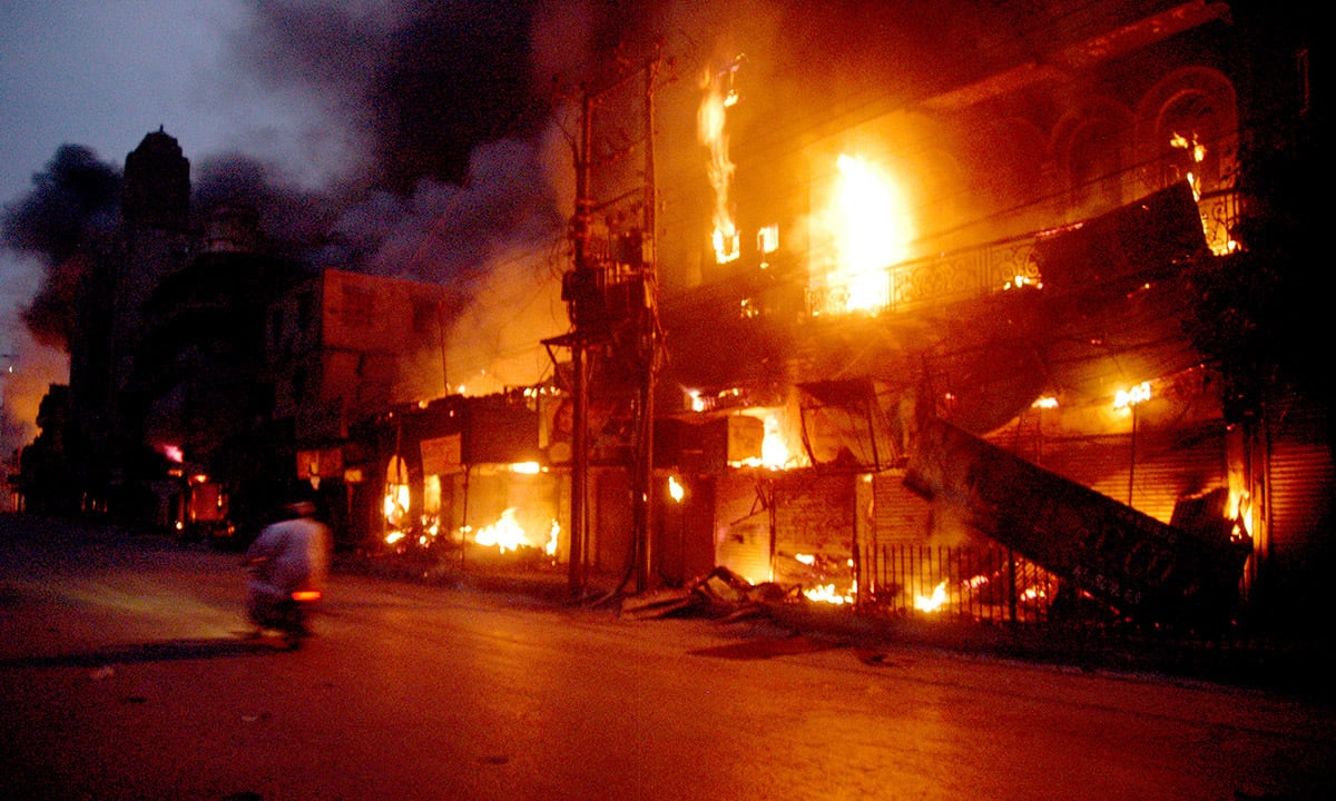 A market in Karachi, set ablaze during protests after the blast in Ashura of December 2009 | Faysal Mujeeb, White Star