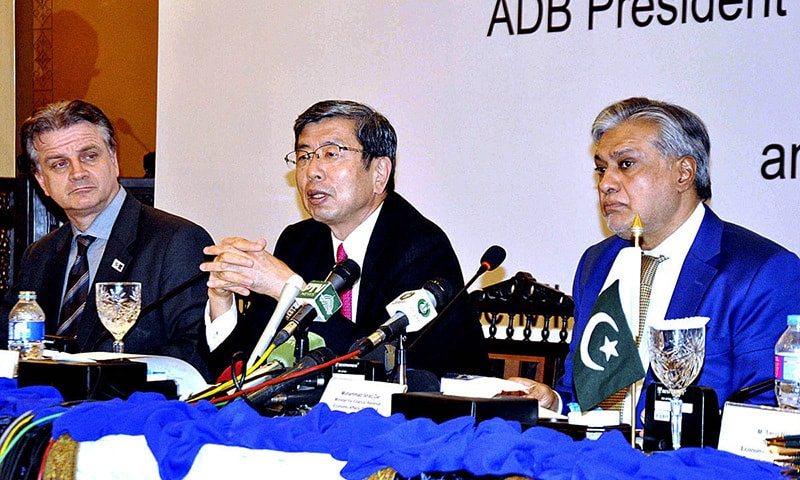 ISLAMABAD: Finance Minister Ishaq Dar and ADB President Takehiko Nakao address a press conference.— APP